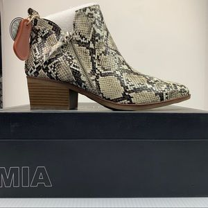 NIB MIA Neil Side Zip Stacked Bootie sz 8.5M Snake
